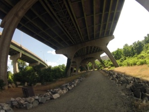 The course turns left under the 9th St bridge
