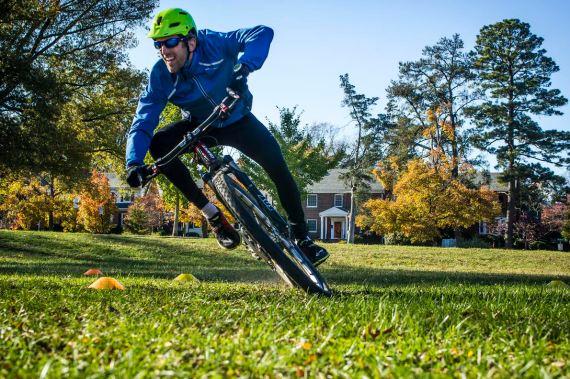 Taking a sharp corner in the grass. Mountain bike drill practice.
